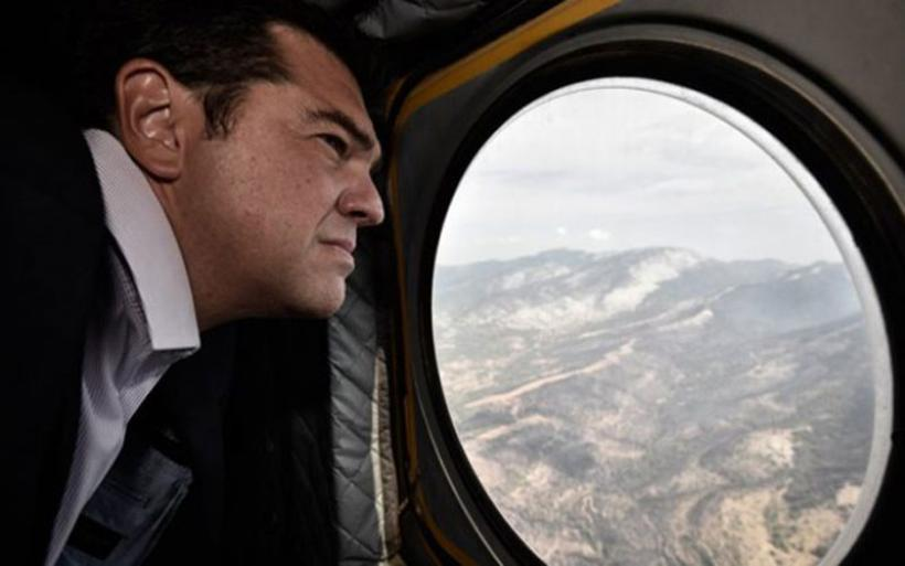 Ο πρωθυπουργός με ελικόπτερο πάνω από τα καμένα της Αττικής