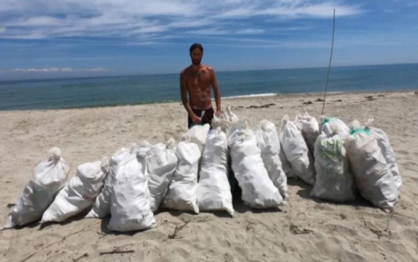 Έλληνας ράπερ καθάρισε παραλία 1,5 χιλιομέτρου στη Λάρισα, γεμίζοντας 20 σακιά με σκουπίδια