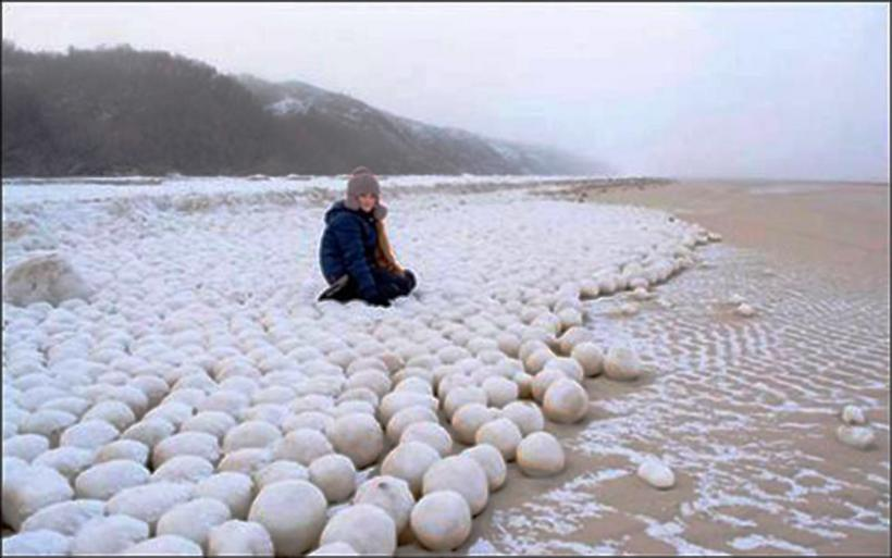 H φύση φτιάχνει χιονόμπαλες σε ακτή της Σιβηρίας