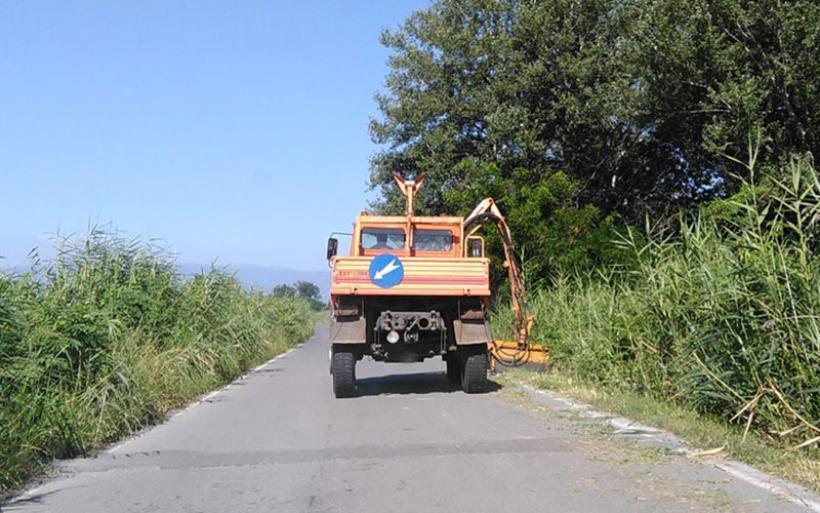 Στην κοπή χόρτων και στο καθαρισμό ερεισμάτων στο οδικό δίκτυο της Π.Ε. Μαγνησίας προχωρά η Περιφέρεια Θεσσαλίας