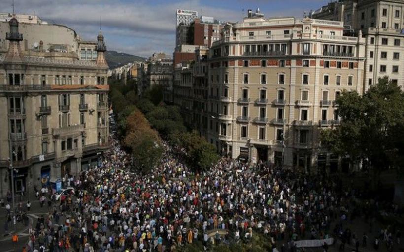 Βαρκελώνη: 40.000 άτομα πολιορκούν το συμβούλιο Οικονομικών