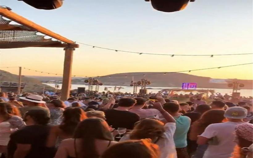 Μύκονος: Πώς χλιδάτες βίλες έγιναν τα νέα μπαρ του νησιού – DJ από το εξωτερικό και είσοδος 1.500 ευρώ