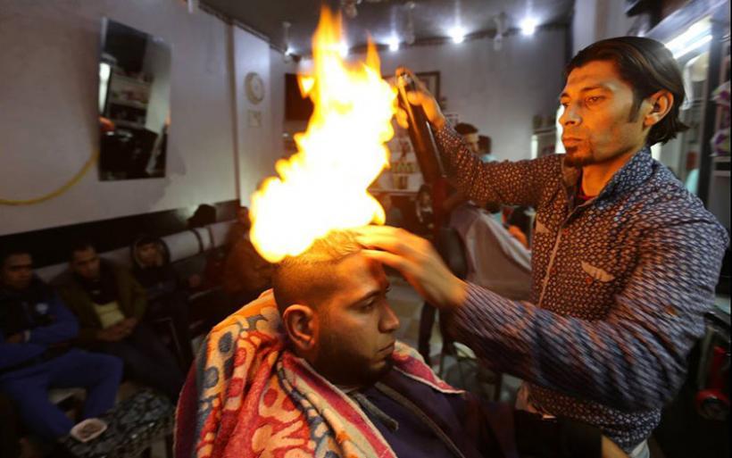 Ο κουρέας της Γάζας που βάζει φωτιά στα κεφάλια των πελατών του