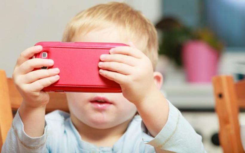 Ο χρόνος μπροστά στις οθόνες βλάπτει την ανάπτυξη των παιδιών