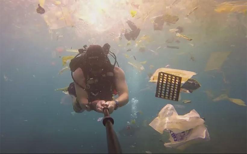 Βρετανός δύτης κολυμπά ανάμεσα σε απόβλητα στο Μπαλί