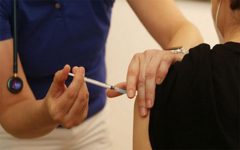 Εμβολιασμοί: Κάλεσμα των ειδικών στους νέους να εμβολιαστούν - Ανησυχία από την αύξηση των κρουσμάτων
