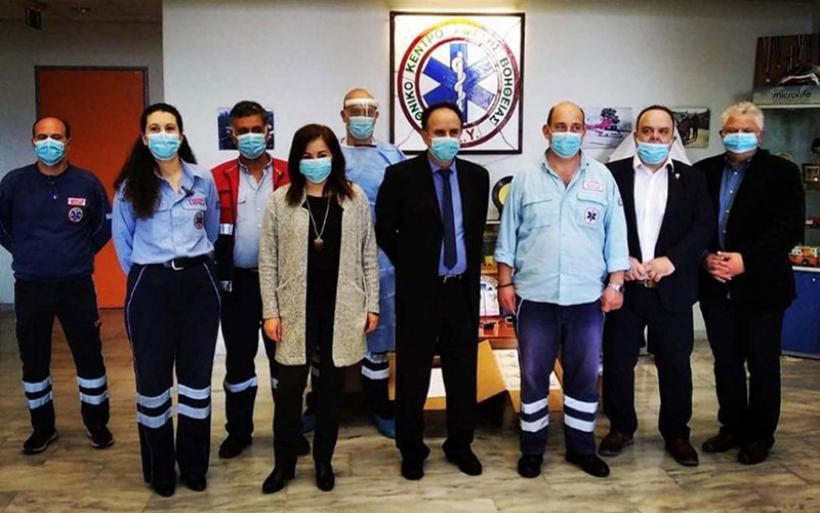 Πασχαλιάτικο καλάθι από τους εργαζόμενους του ΕΚΑΒ στο Επιμελητήριο Μαγνησίας