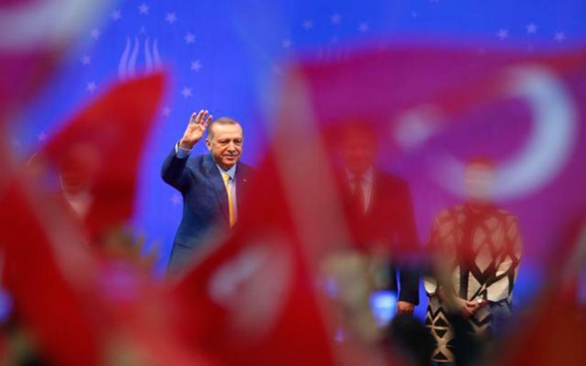 Καταρρέει η τουρκική λίρα – Τα αντίμετρα του Ερντογάν για ψηφοθηρία