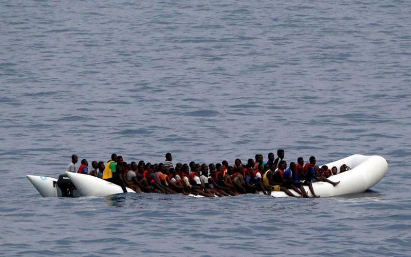 Ακυβέρνητο πλεούμενο με 150 μετανάστες ανοιχτά της Λιβύης: Ανάμεσά τους 50-60 γυναίκες και παιδιά