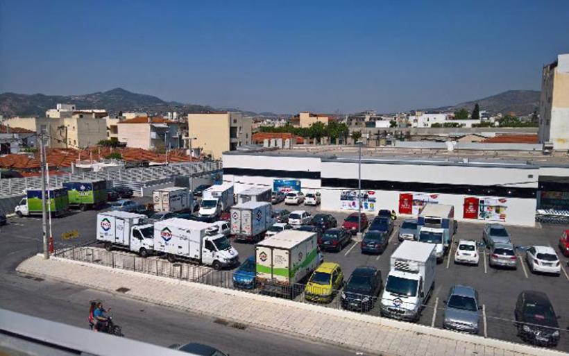 Αυτοκίνητα της ΕΒΟΛ απέκλεισαν το πάρκινγκ του Lidl στο Βόλο- Αύριο φτάνουν και τρακτέρ