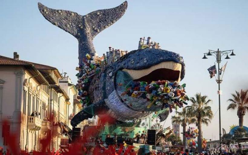 Καρναβάλι του Βιαρέτζο: Το άρμα με την τεράστια φάλαινα που πνίγεται από πλαστικές σακούλες κλέβει τις εντυπώσεις