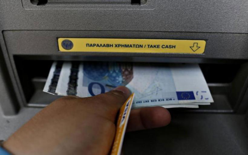 Βρήκε 840 ευρώ σε ΑΤΜ και τα παρέδωσε
