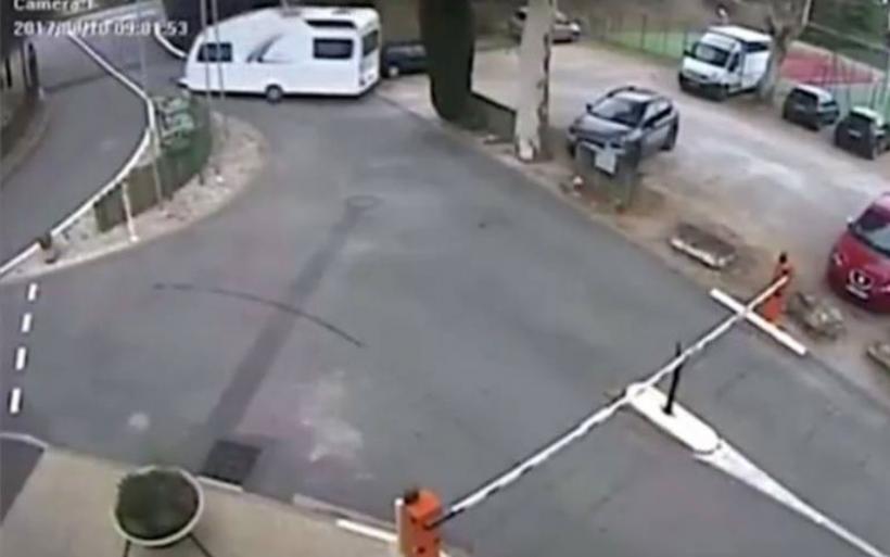 Τροχόσπιτο αποσπάται από τη ρυμούλκησή του και παρκάρει… μόνο του