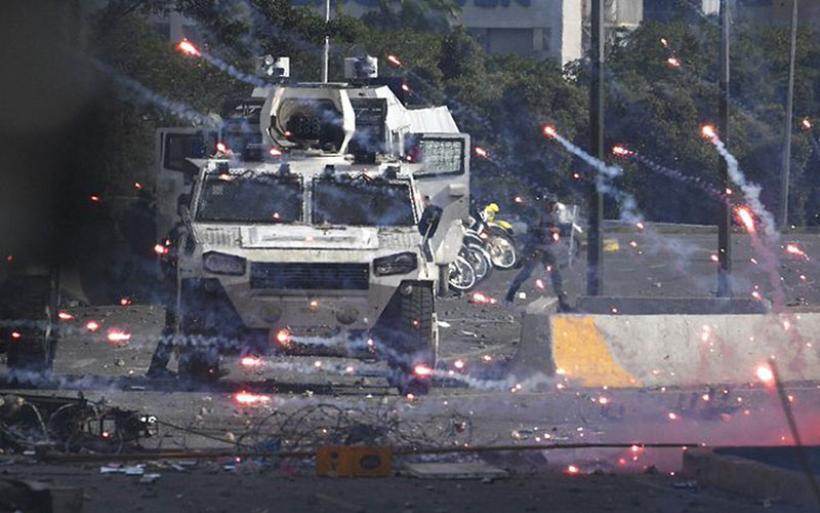 Χάος και συγκρούσεις στη Βενεζουέλα - Νεκρή διαδηλώτρια