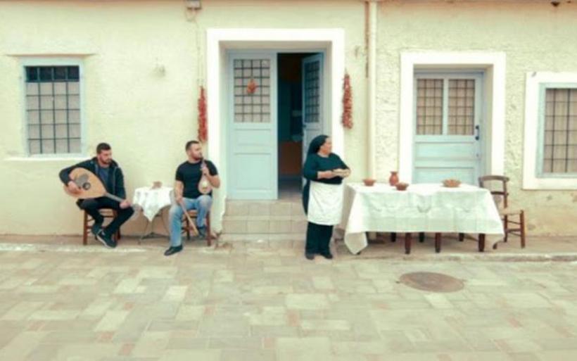 Γιαγιά στην Κρήτη κυνηγά δρομείς με τηγανόψωμα