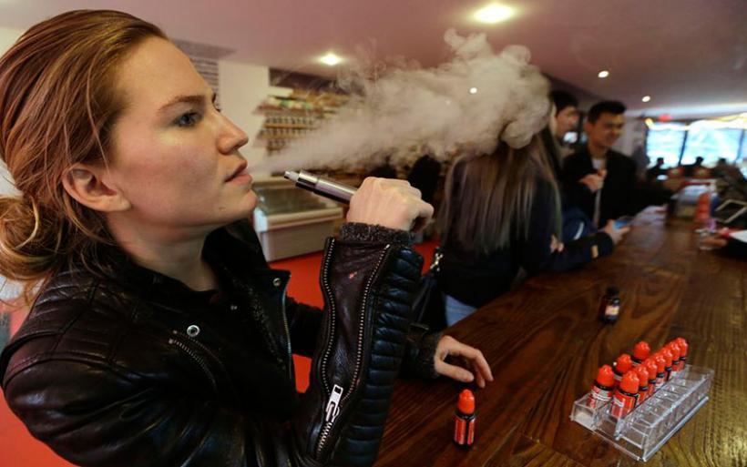 Οι έφηβοι που κάνουν ηλεκτρονικό τσιγάρο πιο εύκολα γυρίζουν σε... κανονικό