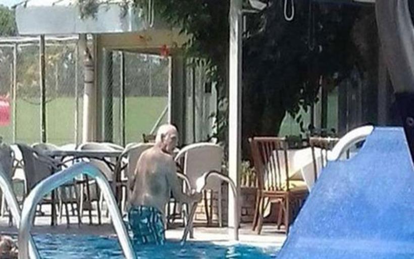Ο Τσοχατζόπουλος απολαμβάνει την ελευθερία και τις βουτιές στην πισίνα