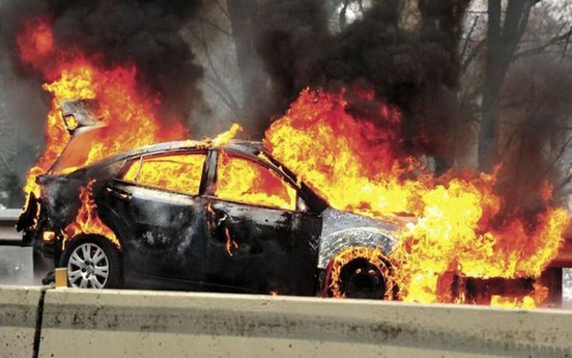 Στις φλόγες αυτοκίνητο τουριστών στην Κριθαριά