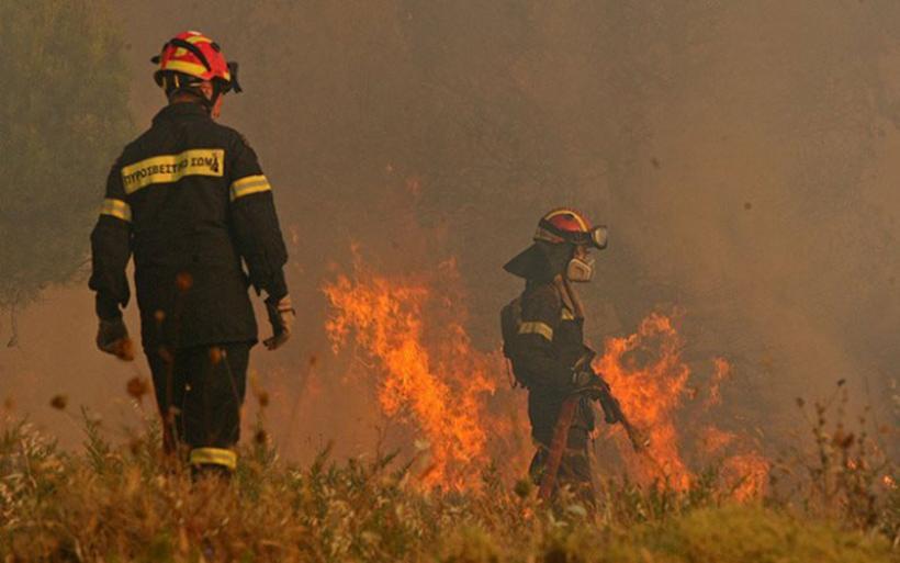 Ανεξέλεγκτη η φωτιά στο Βαρνάβα: Συνεχείς οι αναζωπυρώσεις στο μέτωπο των 25χλμ.
