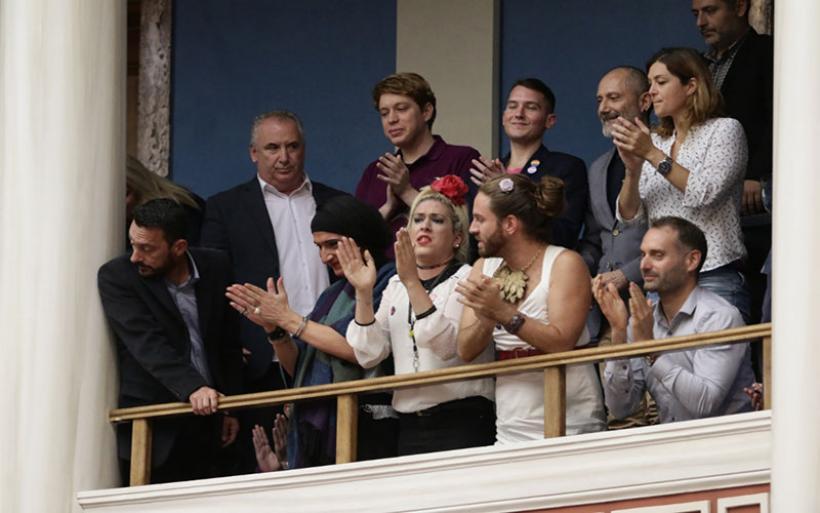 Εκλαψαν από χαρά οι διεμφυλικοί στα θεωρεία της Bουλής όταν ψηφίστηκε η ταυτότητα φύλου