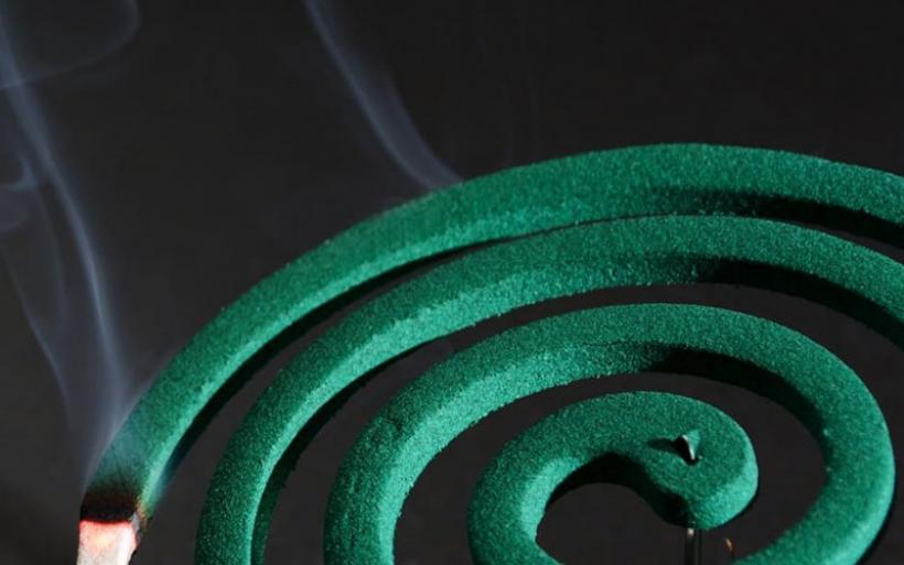 Εισπνέεις τον καπνό από ένα ολόκληρο αντικουνοπικό φιδάκι; Είναι σαν να έχεις καπνίσει 100 τσιγάρα