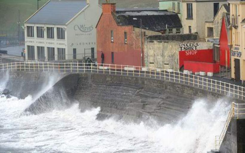 Η τροπική καταιγίδα Οφηλία χτυπά τώρα τη Βρετανία - 3 νεκροί στην Ιρλανδία
