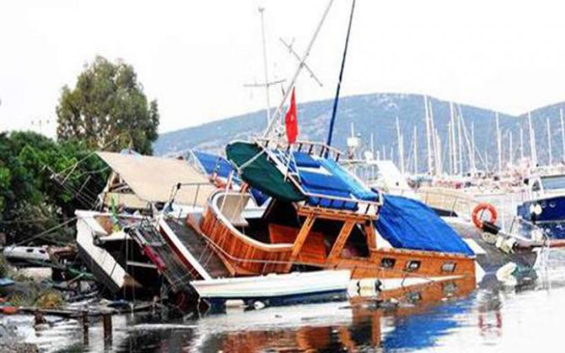 Το τσουνάμι παρέσυρε τα πάντα στην Αλικαρνασσό -Γέμισε η θάλασσα ξαπλώστρες και στρώματα