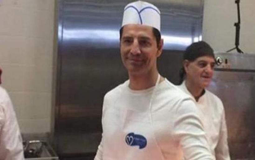 Ο Σάκης Ρουβάς έβαλε στολή σερβιτόρου και μοίρασε φαγητό για καλό σκοπό