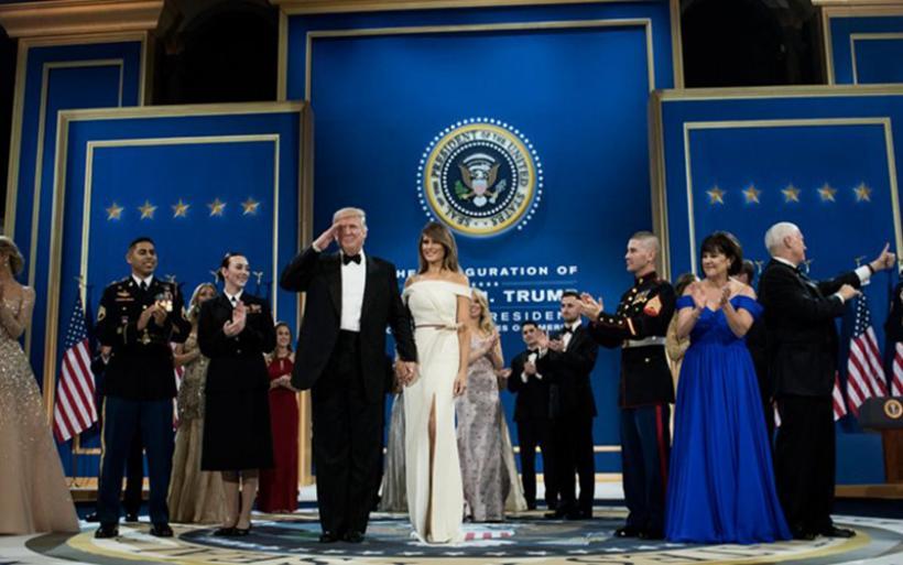 Στον Λευκό Οίκο με την ιδιότητα του 45ου προέδρου των ΗΠΑ έφθασε ο Trump (βίντεο)