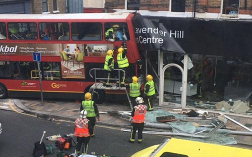 Απίστευτες εικόνες από το Λονδίνο: Λεωφορείο έπεσε πάνω σε κατάστημα