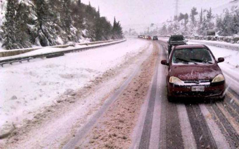 Κλειστή η εθνική οδός Κορίνθου-Τριπόλεως λόγω πυκνής χιονόπτωσης -«Δίπλωσαν» νταλίκες, ουρές χιλιομέτρων