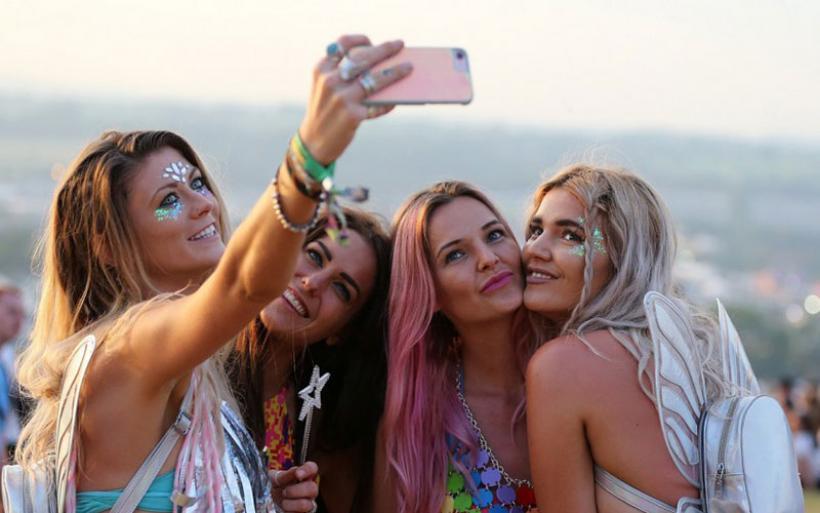 To φεστιβάλ Glastonbury ξεκίνησε - Χιλιάδες άνθρωποι συγκεντρώθηκαν για τη μεγάλη γιορτή της μουσικής