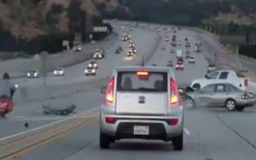 Πώς μια κλωτσιά μοτοσικλετιστή σε αυτοκίνητο εν κινήσει οδήγησε σε τρομακτική καραμπόλα