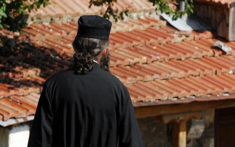 Ένας παπάς έκαιγε τις καρναβαλικές κατασκευές στη Πάτρα