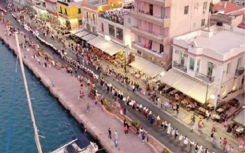 Ανθρώπινη «αλυσίδα» με πάνω από 350 χορευτές «αγκάλιασε» το λιμάνι της Χίου