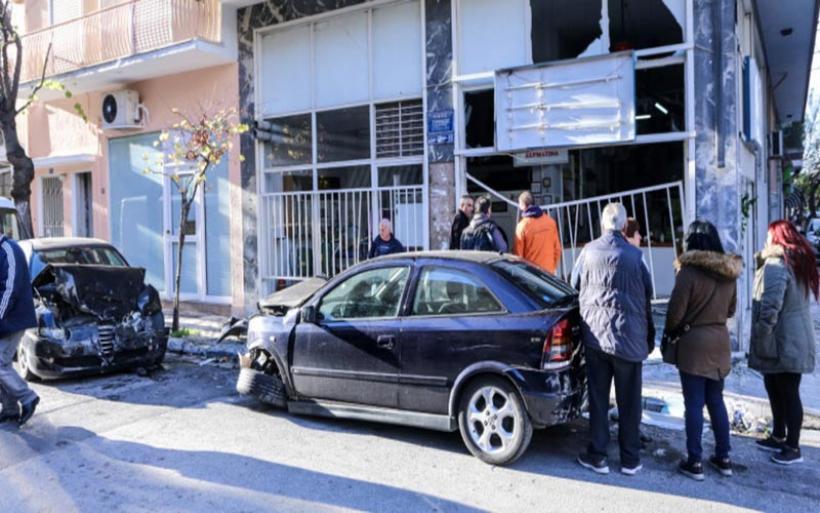 Κολωνός: Η στιγμή που το ΙΧ παρασύρει αυτοκίνητα, πριν καρφωθεί στο καθαριστήριο