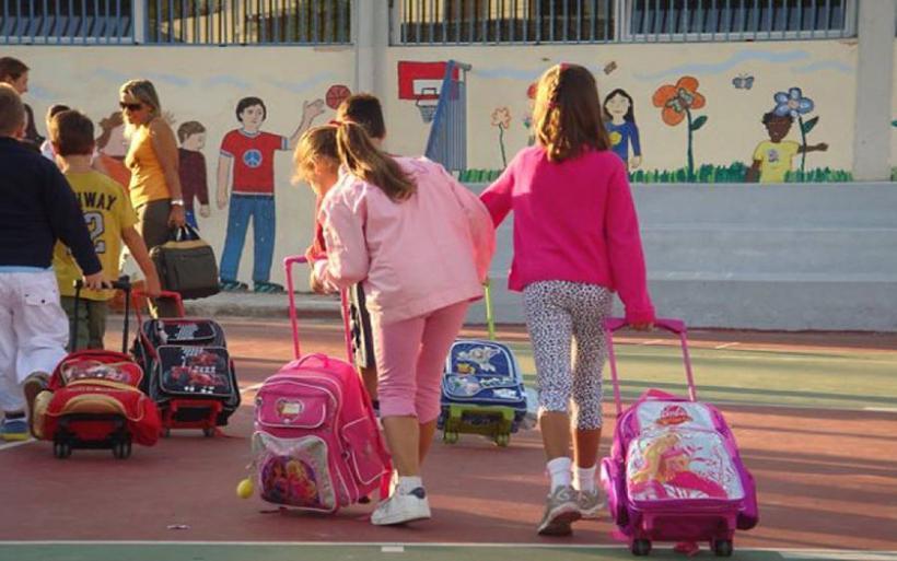 Οι τροχήλατες σχολικές τσάντες σύμφωνα με τους ειδικούς είναι οι πιο ενδεδειγμένες