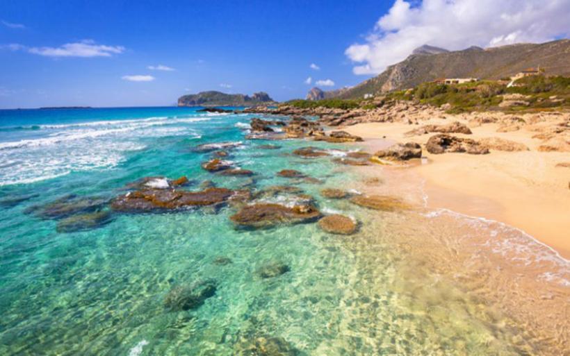Η μαγευτική παραλία στα Φαλάσαρνα της Κρήτης