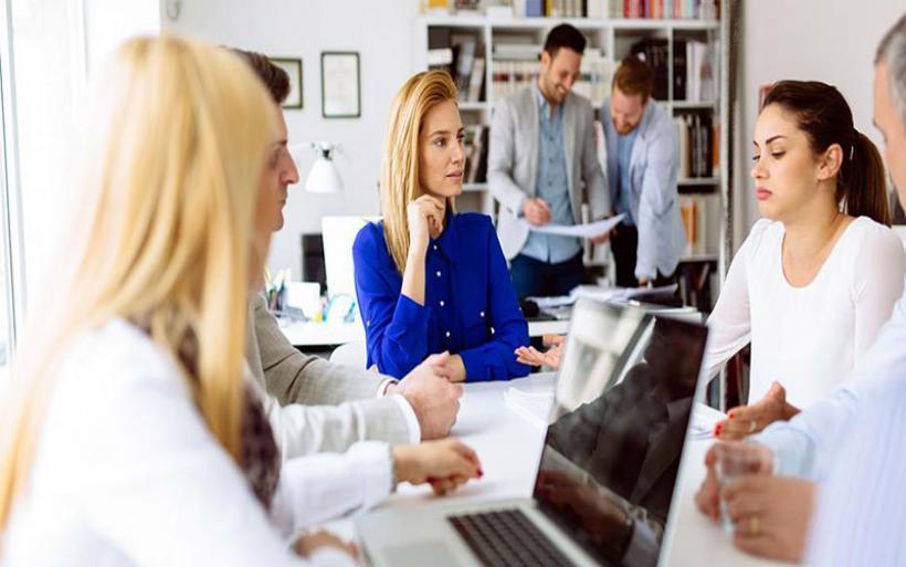 Τρία σενάρια για μείωση των εισφορών στους επαγγελματίες
