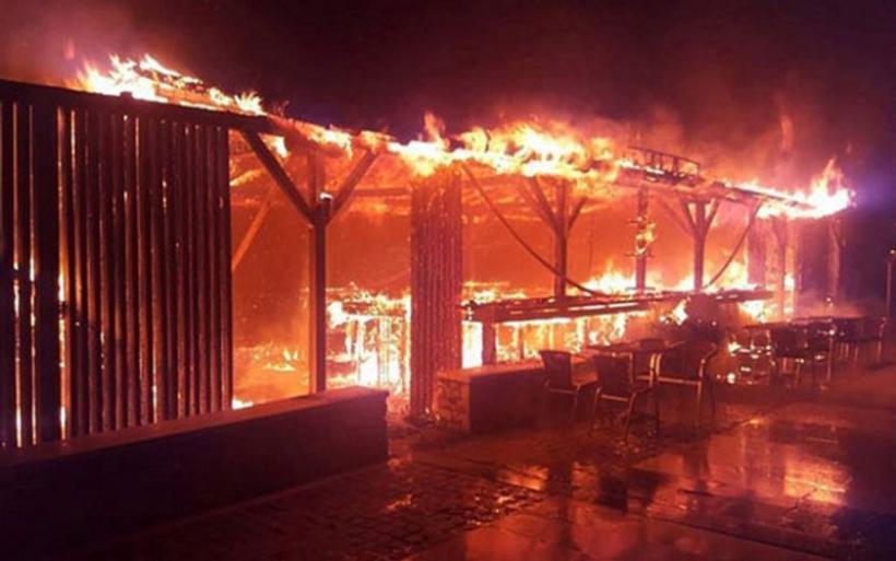 Πυρκαγιά σε beach bar στη Χαλκιδική - Κάηκε ολοσχερώς