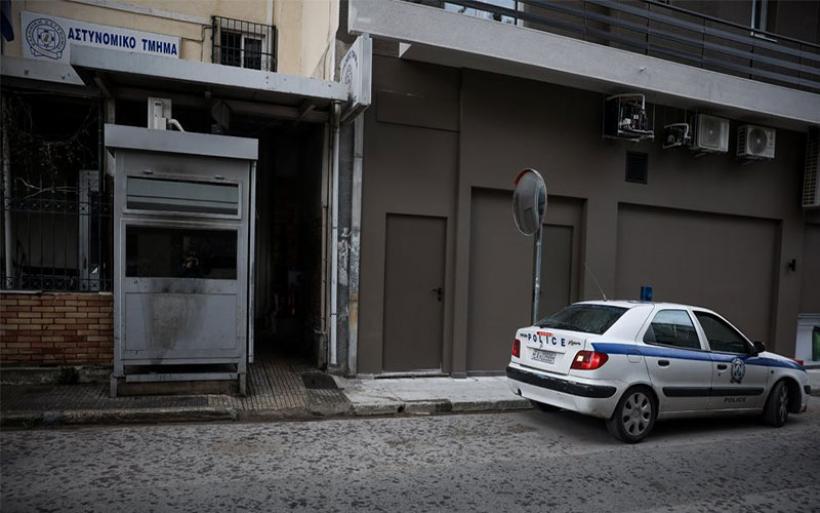 Καταδρομική επίθεση κουκουλοφόρων με μολότοφ στο Α.Τ. Καισαριανής