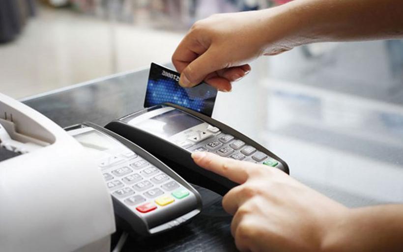 Κρυφός φόρος πίσω από τις πληρωμές με κάρτα - Η παγίδα με τις e-αποδείξεις