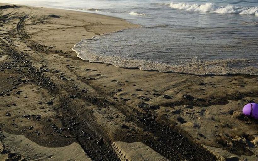 Περιβαλλοντική καταστροφή από την πετρελαιοκηλίδα που έχει δημιουργηθεί ανοικτά της νότιας Καλιφόρνιας