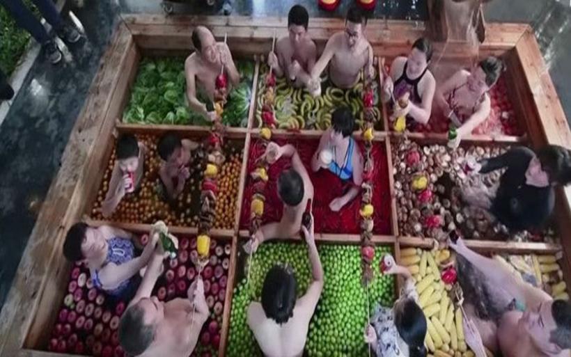 Νέα μόδα στην Κίνα: Κάνουν μπάνιο σε σούπες και κρέατα