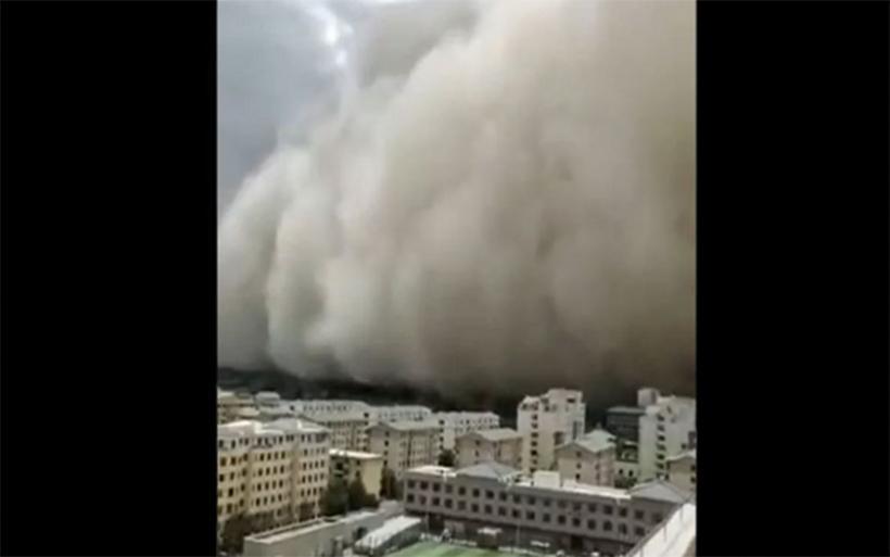 Σκηνικό Αποκάλυψης: Αμμοθύελλα «καταπίνει» ολόκληρη πόλη στην Κίνα