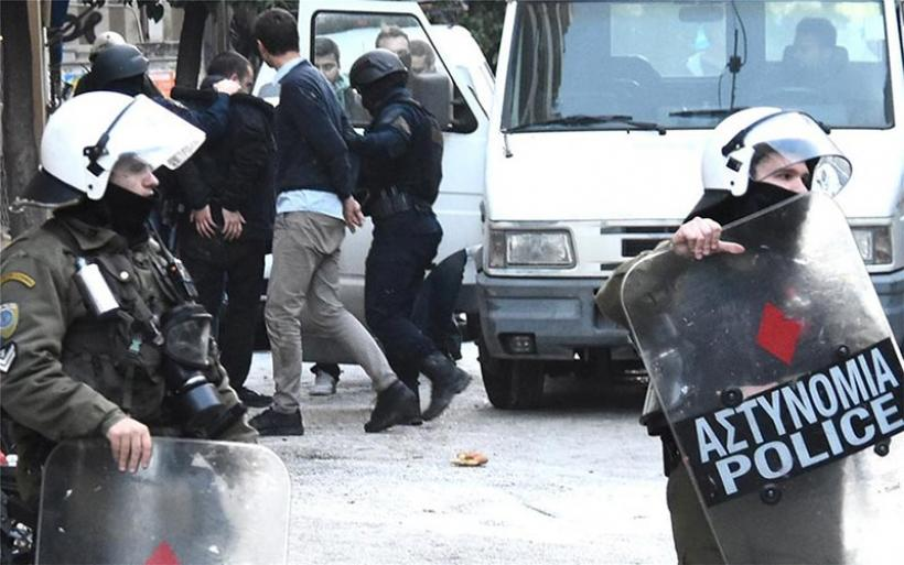 Εκκενώθηκαν τρεις καταλήψεις στην Αθήνα: Συλλήψεις μετά την ένταση στο Κουκάκι
