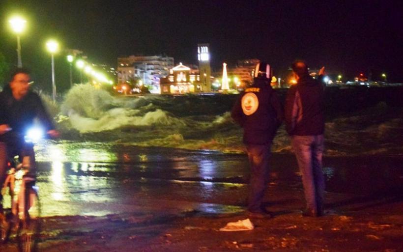 Ηλικιωμένος παρασύρθηκε από τα κύματα στην παραλία Βόλου- Βούτηξαν πυροσβέστες για να τον σώσουν