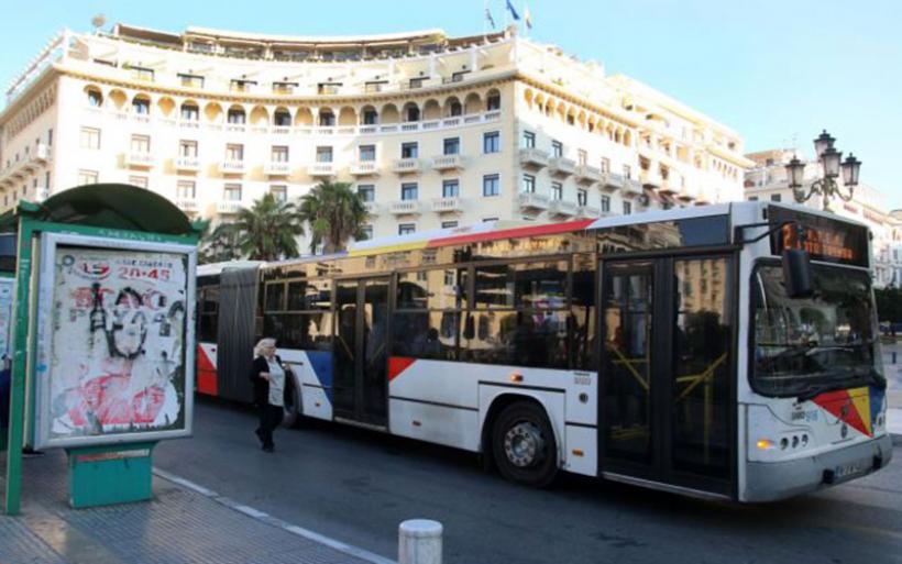 Ξέφρενη πορεία λεωφορείου – Επεσε σε σταθμευμένα οχήματα