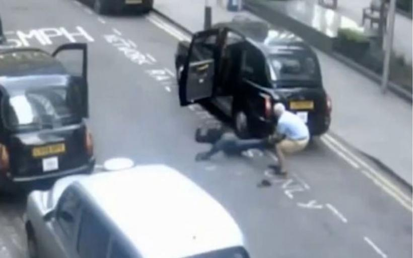 Απίστευτο βίντεο: Ταξιτζής σέρνει από το πόδι αναίσθητο επιβάτη και τον παρατά στον δρόμο