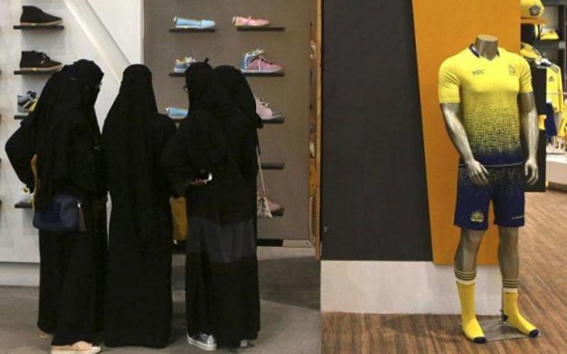 Οι γυναίκες στη Σαουδική Αραβία μπορούν πλέον να βγαίνουν από τη χώρα χωρίς την άδεια του άνδρα τους